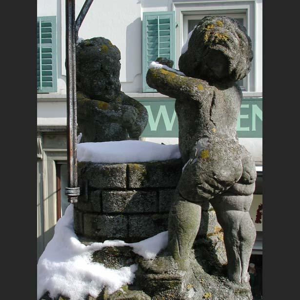 Vorzustand der Figurengruppe auf dem Brunnen vor dem Krienbrüggli in Luzern. Der desolate Zustand erforderte eine Kopie aus Naturstein.