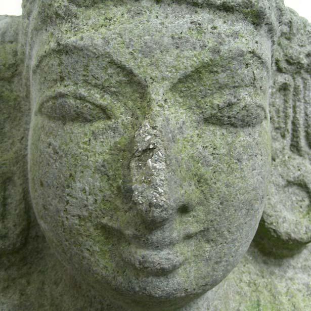 Detailaufnahme einer indischen Steinskulptur aus dem 12. Jahrhundert. Mit unbefriedigender Ergänzung an der Nase.
